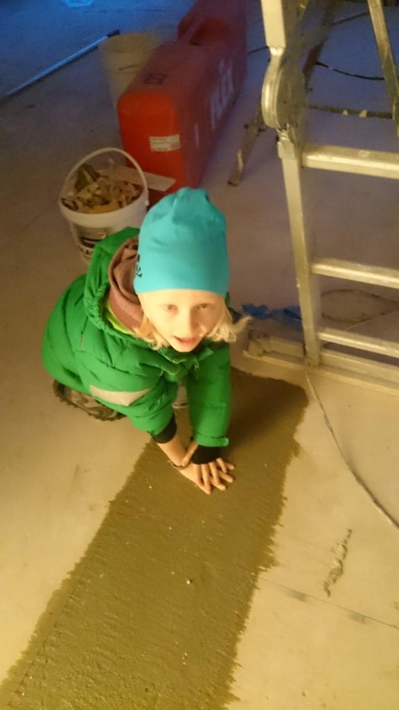Elias sätter sitt avtryck i huset.