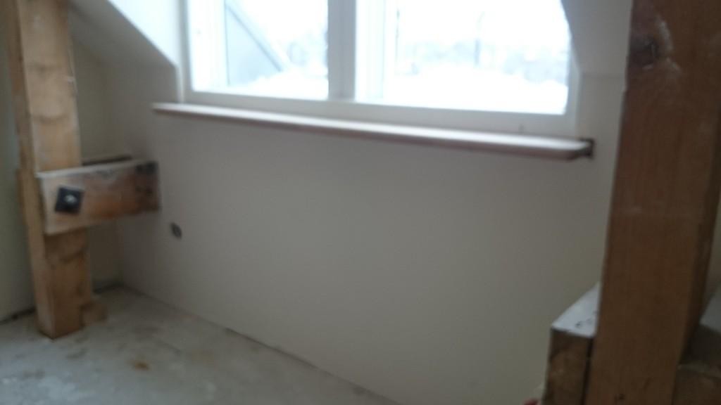 Bottenvåningens tjocka väggar får marmorfönsterbrädor medan övervåningen får ekfönsterbrädor.