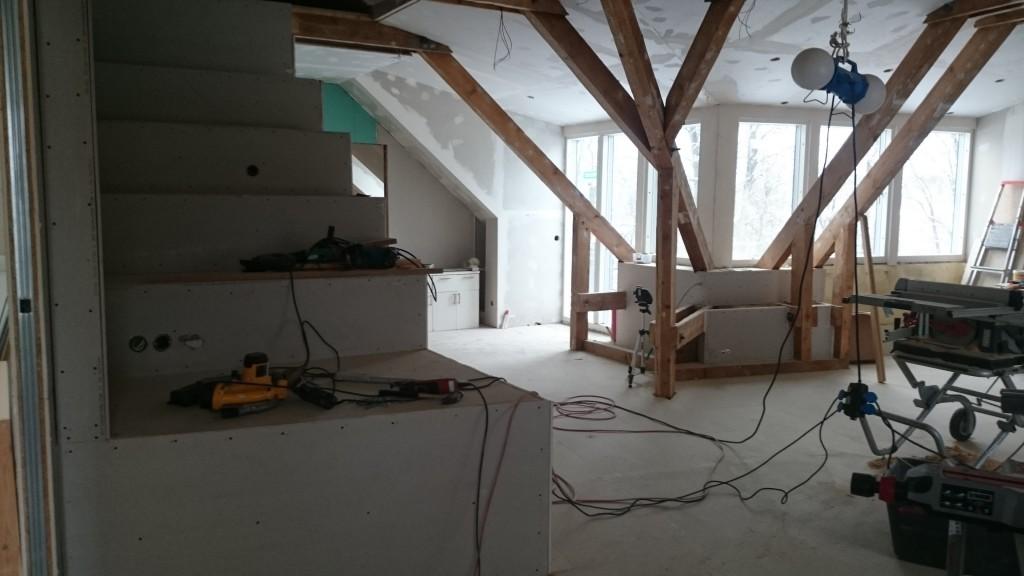 Lite mer volym och utsikt än om det hade varit en vägg upp till tak ute vid hörnet. Bra tv-bänk m.m. på köpet :)