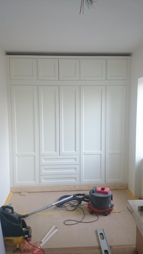 Första platsbyggda garderoben på plats i 2:ans sovrum. Lite lister återstår.
