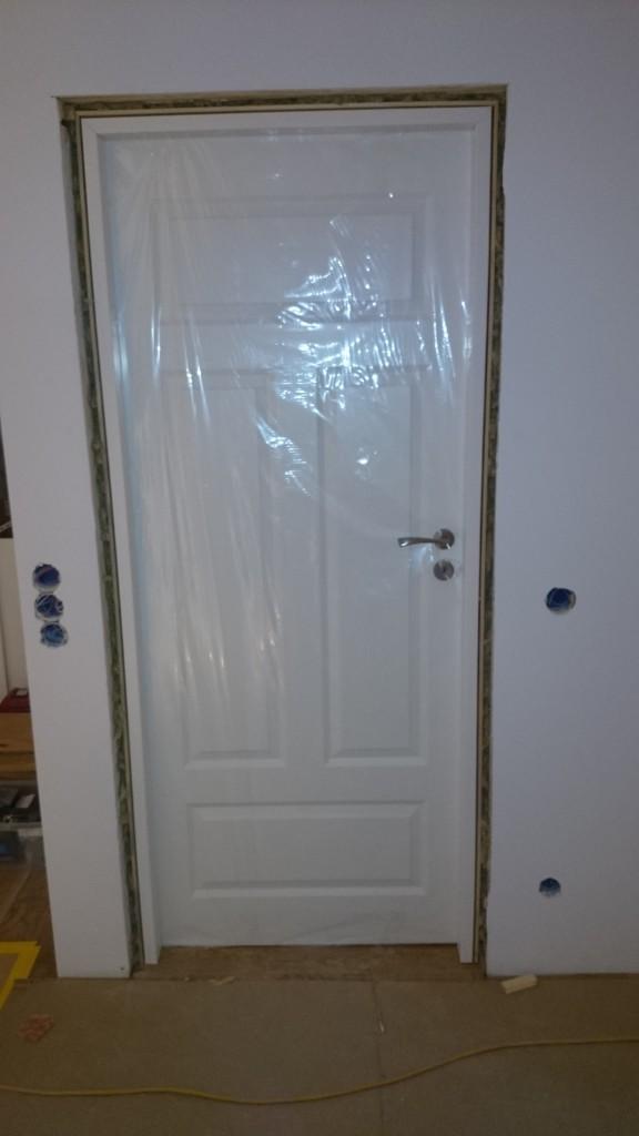 Första innerdörren på plats! Helt fantastiska massiva dörrar som väger multum (40kg) och med falsade kanter som ger bra ljudisolering också. Helnöjd med dem :)
