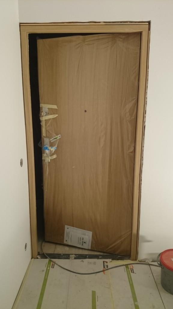 Entrédörrarna till lägenheterna på plats. Riktigt härliga dörrar som klarar brand, ljud och stöldskydd med marginal och med en fantastiskt fin ljus ekyta.