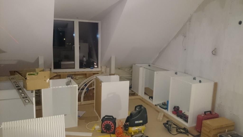 Köket på väg att monteras och passas in i hörn och balkgytter...