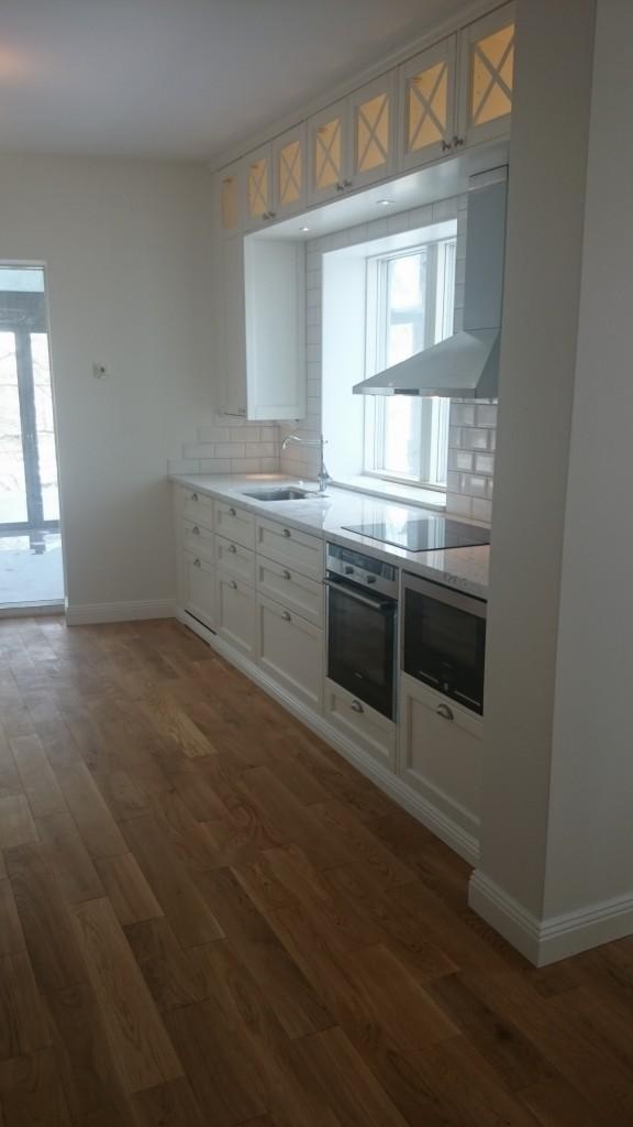 Köket på plats med vitvarorna installerade.