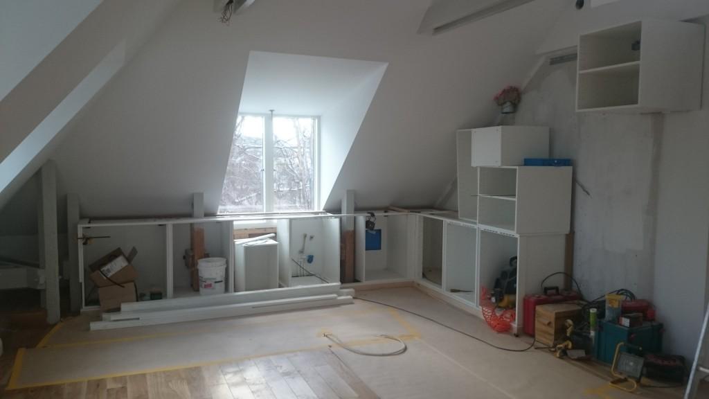 Delar av kökets stommar på plats för att kunna mäta ut marmorskivorna.