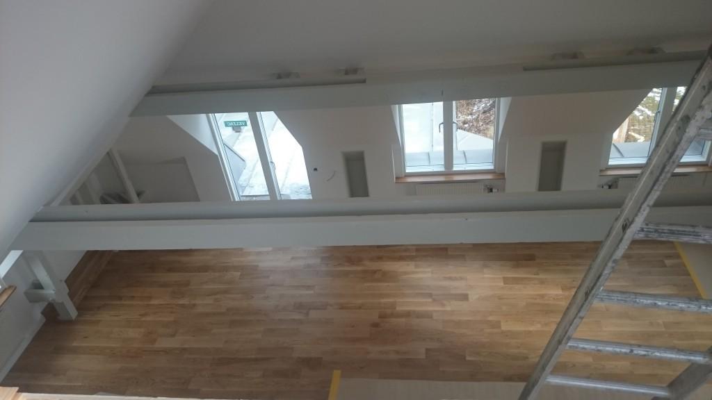 Från loftet i 4:an ner mot vardagsrummet och altanen i söder.
