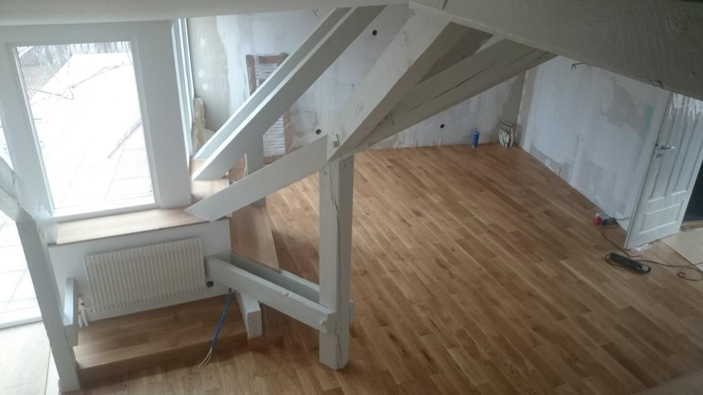 Uppifrån trapp mot blivande kök